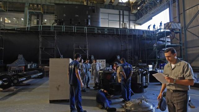 Técnicos formados na ETAM trabalhando em submarino no AMRJ