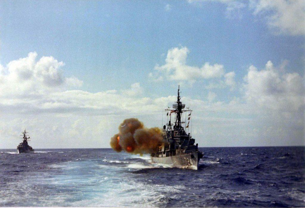 USS Laffey (DD 724) abrindo fogo com seus canhões de 5 polegadas
