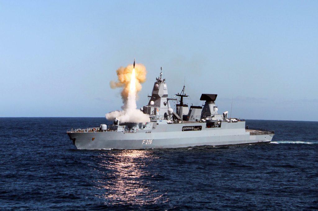 Fragata Sachsen lançando SM-2
