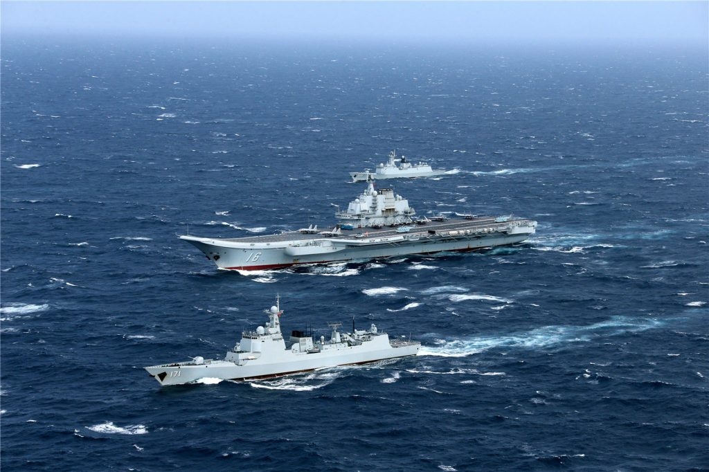 O porta-aviões chinês Liaoning e seus escoltas