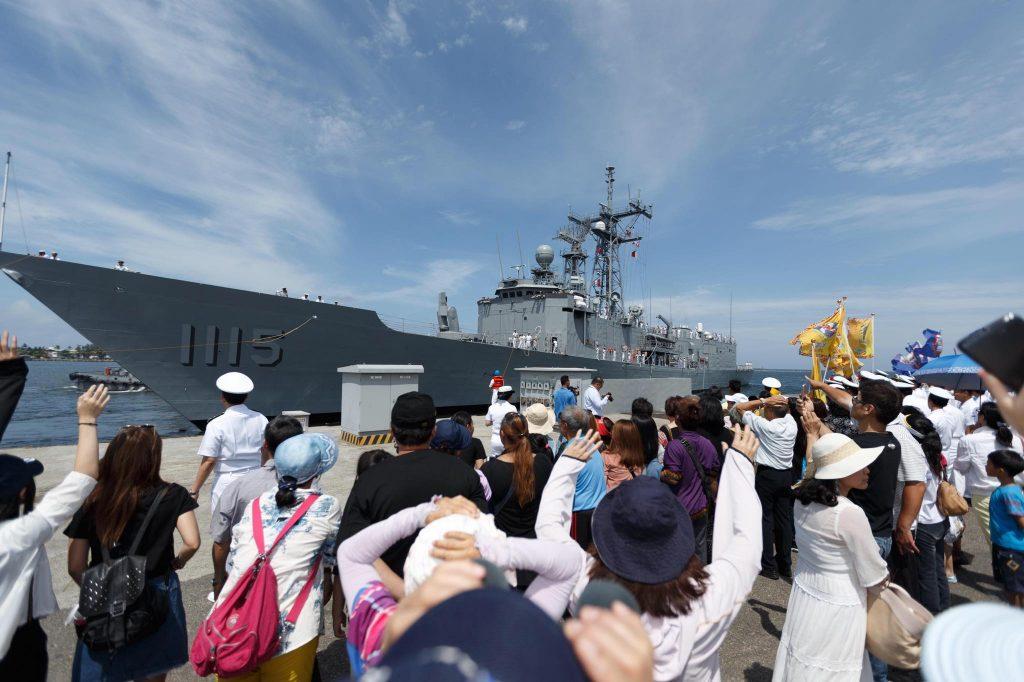Chegada das fragatas a Taiwan no dia 13 de maio. Observar que os lançadores Mk.13 foram reinstalados