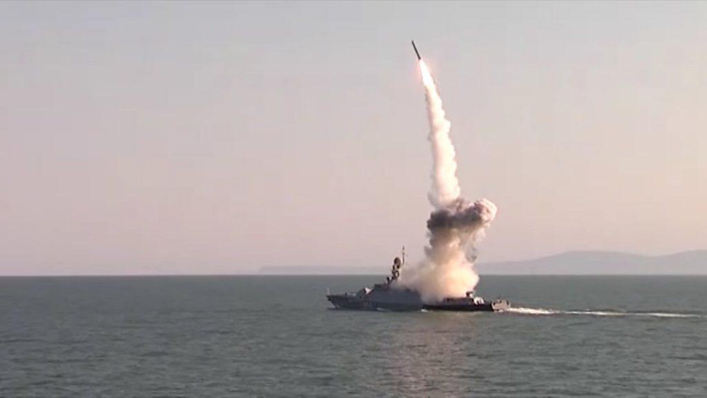 Corveta russa lançando míssil de cruzeiro Kalibr