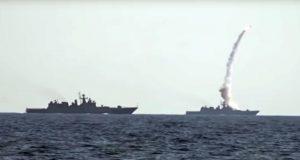 Navios russos lançando mísseis de cruzeiro contra alvos na Síria