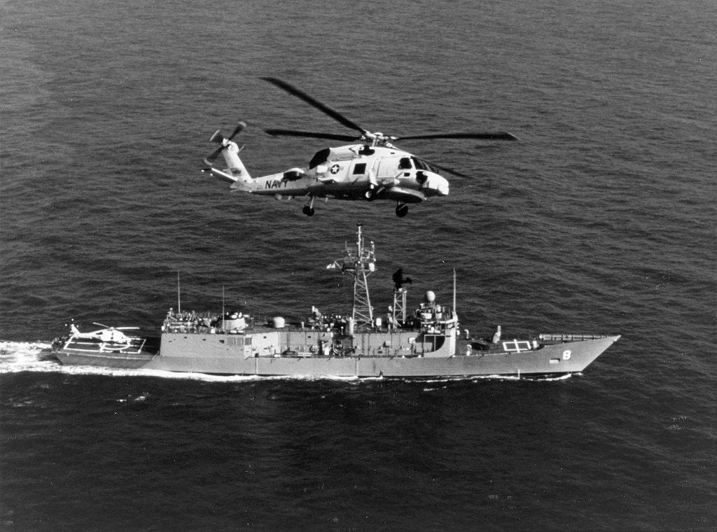 USS McInerney FFG-8 e um LAMPS III, em março de 1981