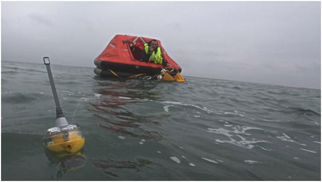 7bd9b515900 Imagem ilustrativa  uma balsa de salvamento ligada a um EPIRB – Emergency  Position Indicator Radio Beacon