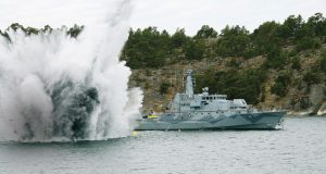 Explosão de mina ao lado do caça-minas sueco classe Koster