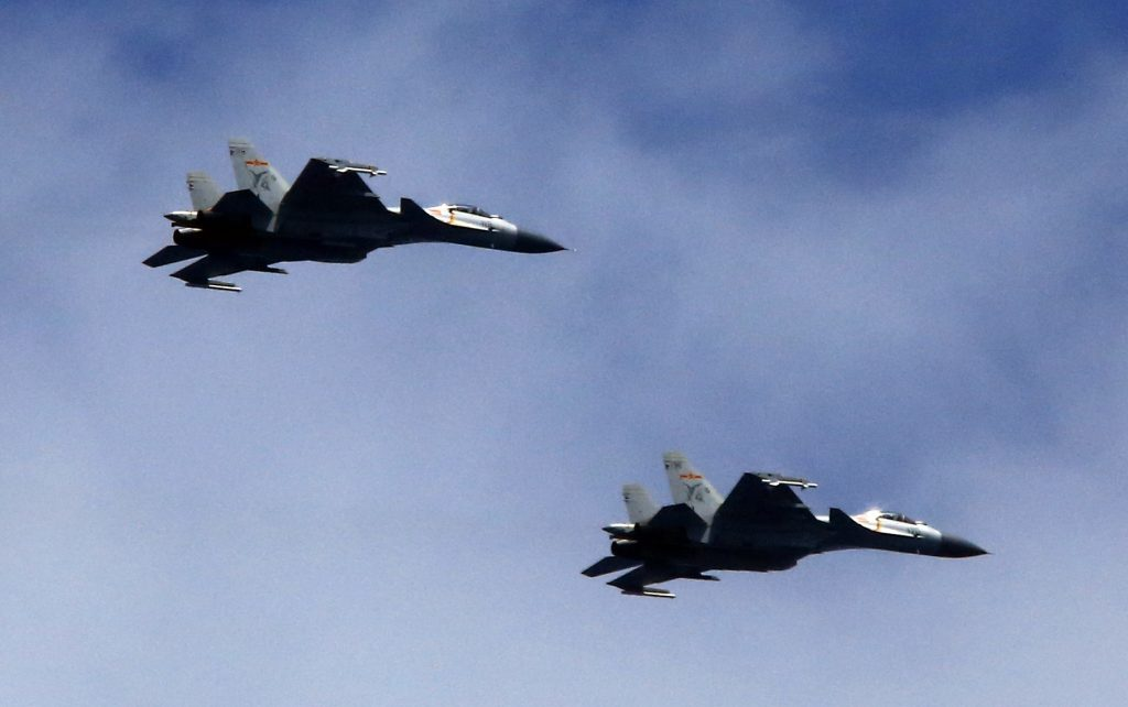 Caças J-15 do porta-aviões chinês Liaoning