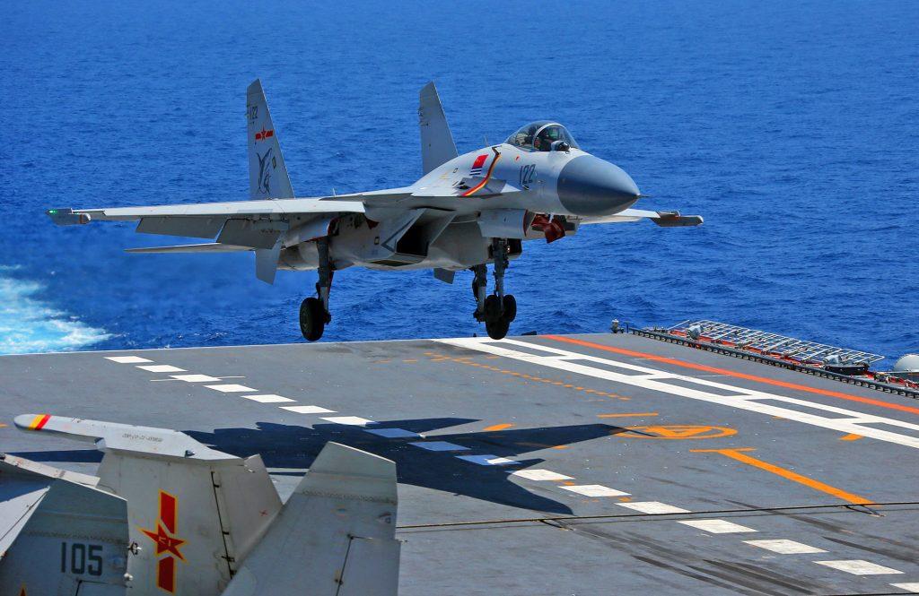Caça J-15 pousa a bordo do porta-aviões Liaoning