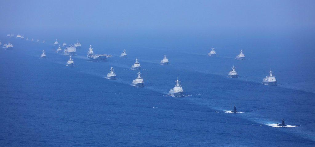 Navios da Marinha da China em desfile naval