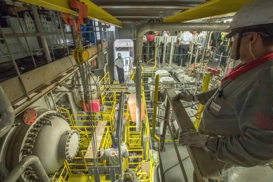 948d1efffee Homens trabalham no compartimento do turbo gerador de protótipo em terra de  submarino nuclear em prédio em construção do LABGENE (Laboratório de  Geração de ...