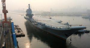 Primeiro porta-aviões construído na China zarpando para provas de mar