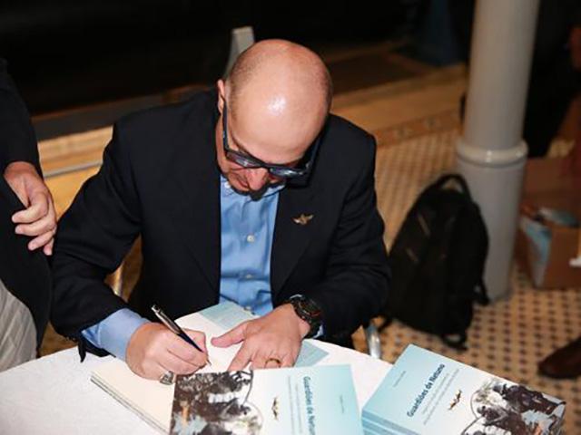 Professor Rodney autografa livro com tema inédito na literatura brasileira