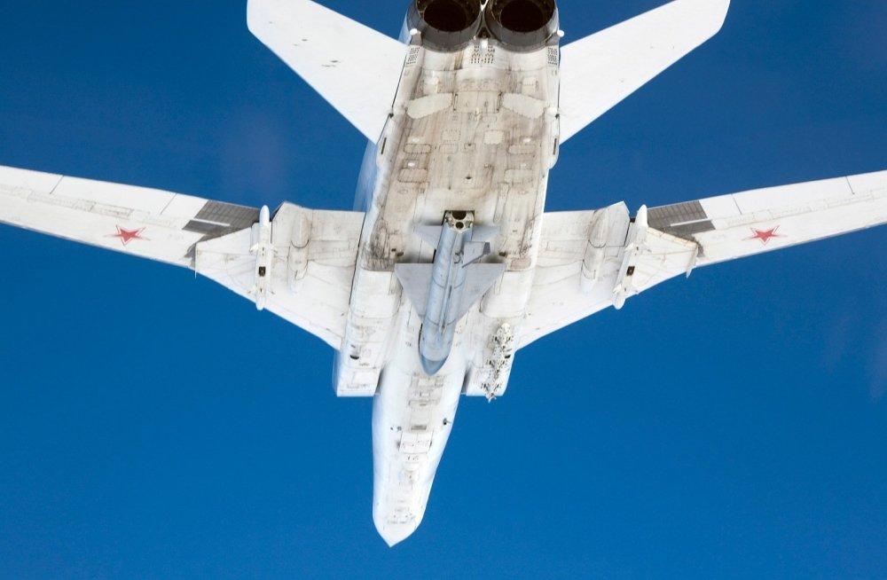 Tu-22M Backfire com um míssil Raduga Kh-22