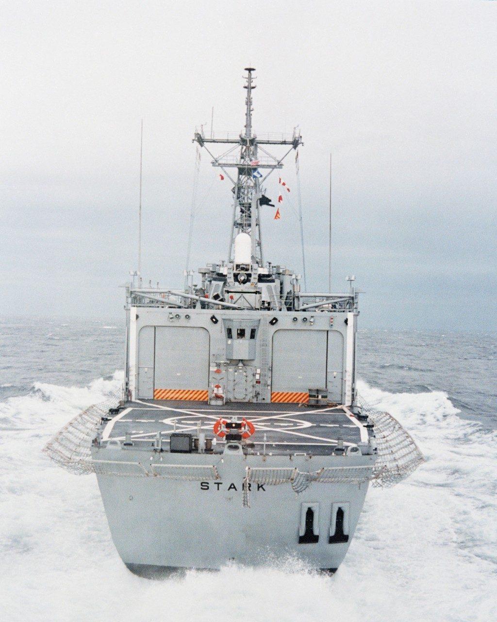 USS Stark vista pela popa. O CIWS Phalanx pode ser visto sobre o hangar