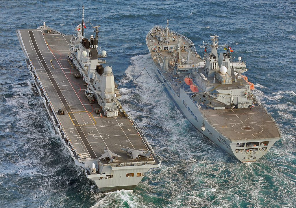 HMS Ark Royal e RFA Wave Knight, em 2010