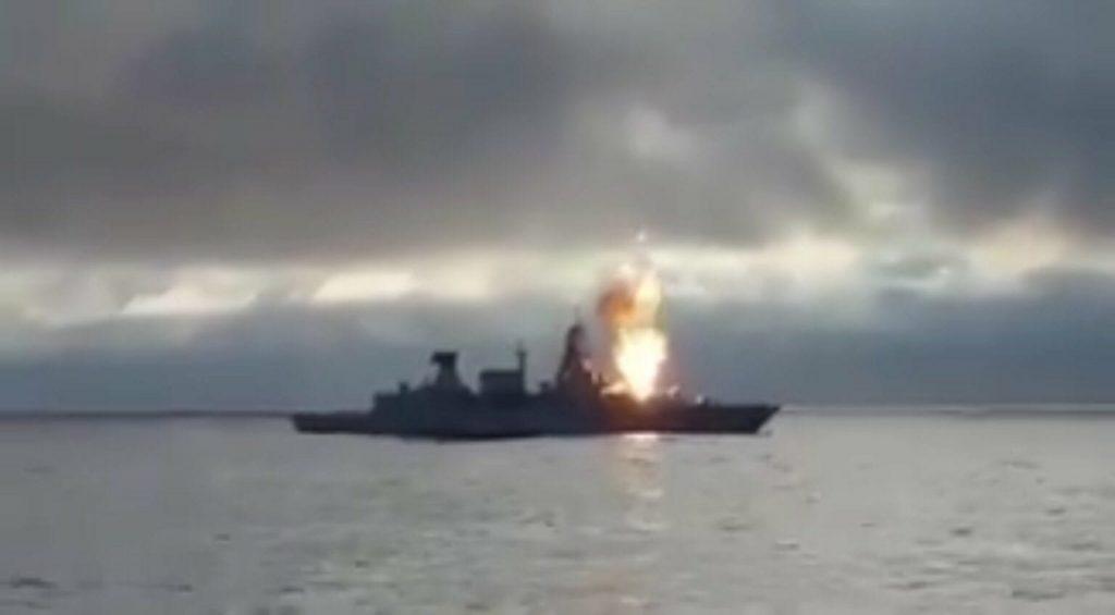 Imagem capturada de vídeo mostra a queima do míssil no lançador da fragata