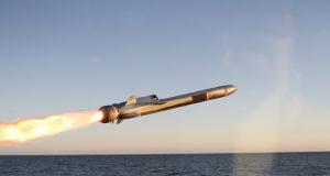 Dez anos após o primeiro navio LCS ser comissionado, a Marinha dos EUA finalmente ordenou um míssil de longo alcance para esses navios, cuja única arma é uma torre de 57mm. O Naval Strike Missile é feito pelo grupo Kongsberg da Noruega. (Foto de Kongsberg)