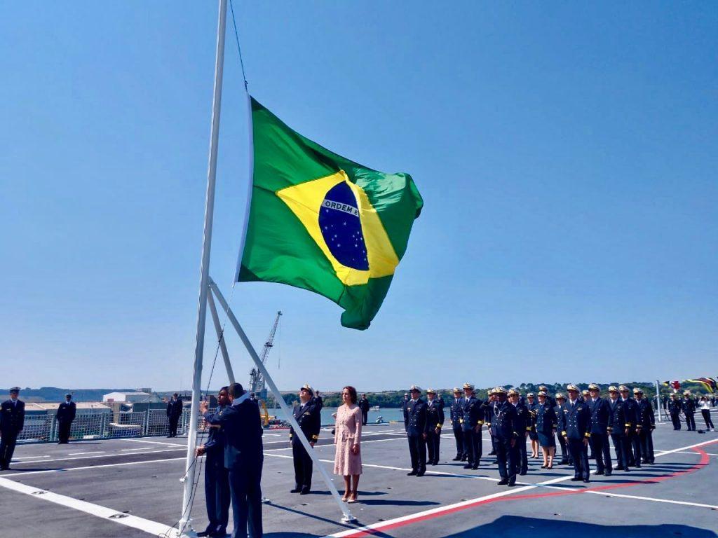 PHM Atlântico hasteia o pavilhão nacional