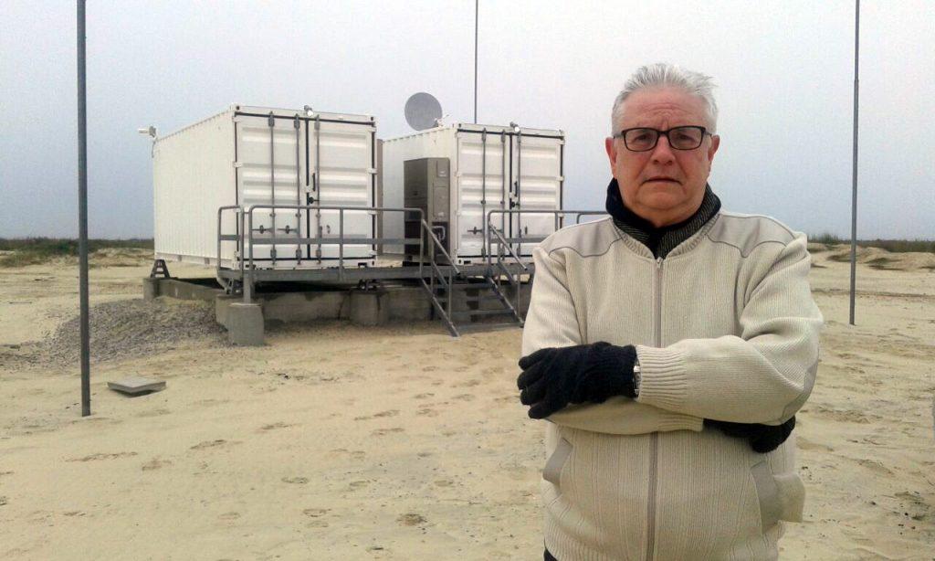 Roberto Lopes junto aos dois shelters de controle do radar OTH 0100