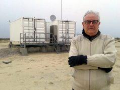 Roberto Lopes junto os dois shelters de controle do radar