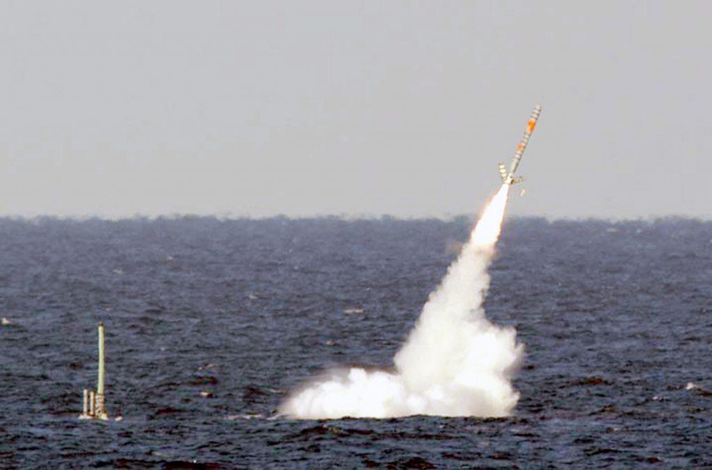 Submarino nuclear USS Florida lançando míssil de cruzeiro Tomahawk