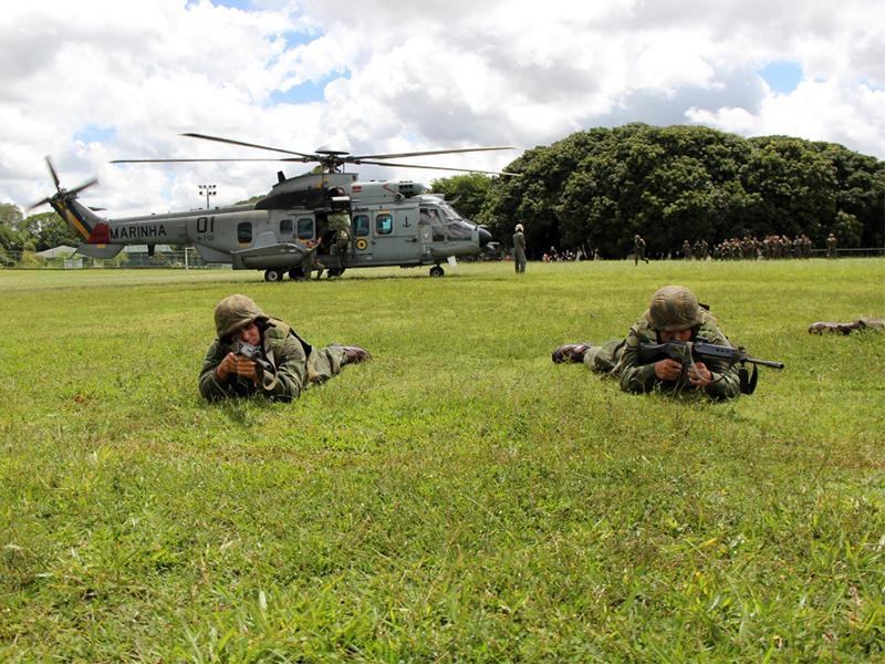 UH-15 desembarcando fuzileiros navais