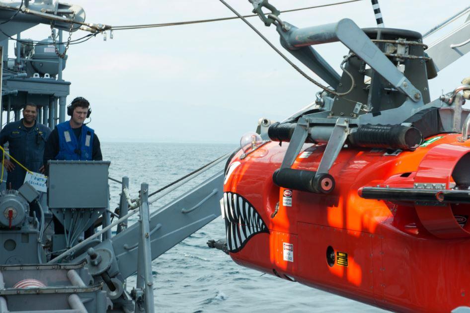 Um MCM americano lança um veículo de detecção de minas