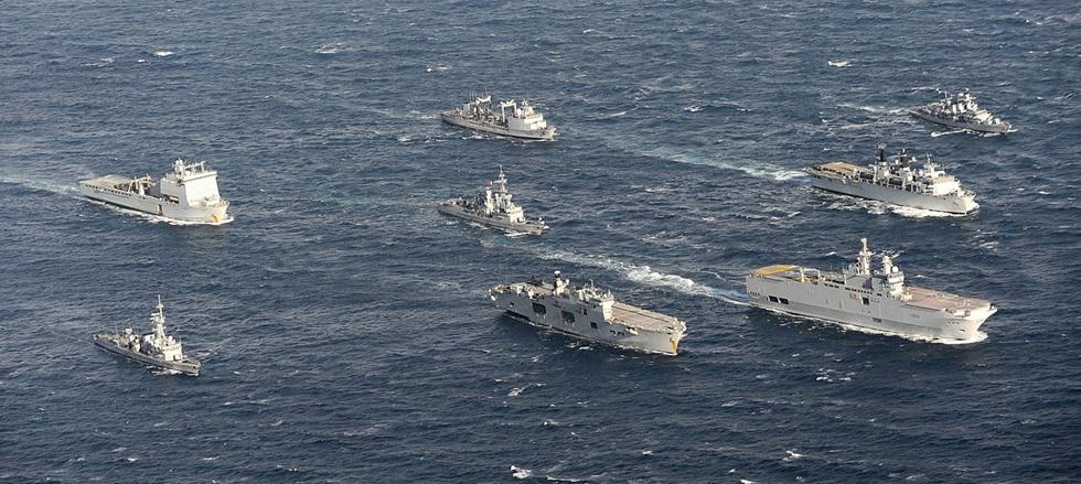 HMS Ocean e BPC Dixmude liderando a força-tarefa