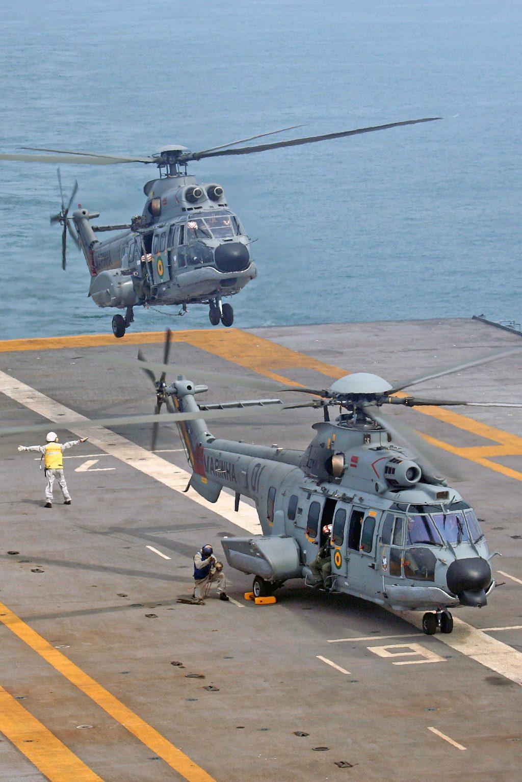 Helicópteros UH-14 e UH-15 no NAe São Paulo, em 2011