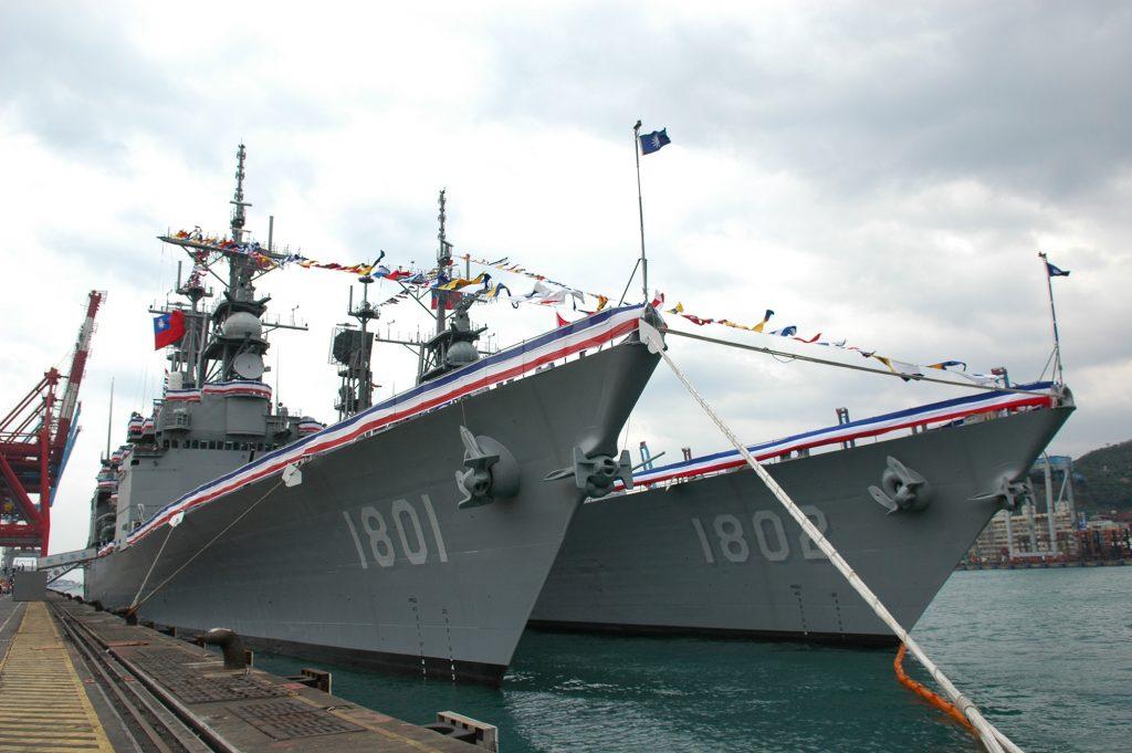 Destróieres Kee Lung (DDG-1801) e Su Ao (DDG-1802) no dia do comissionamento na Marinha de Taiwan