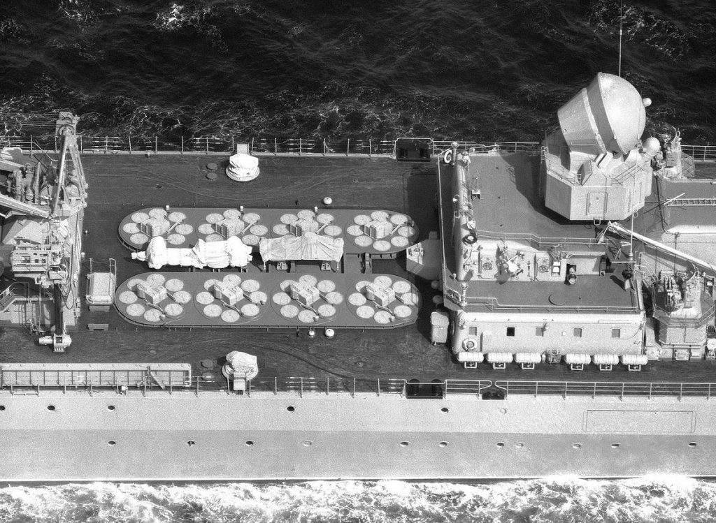 Lançadores VLS de mísseis antiaéreos SA-N-6 em cruzador classe Slava
