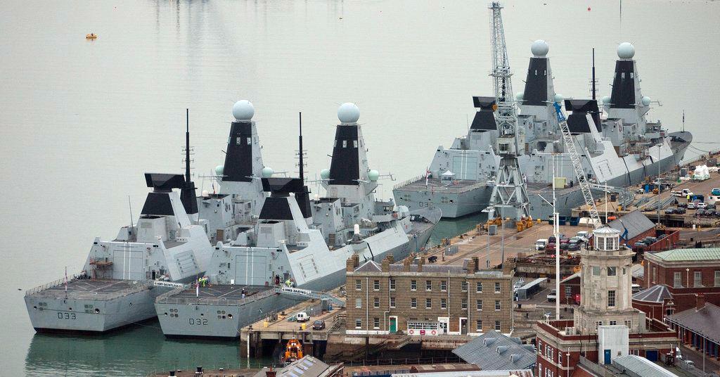 Destróieres Type 45 no porto