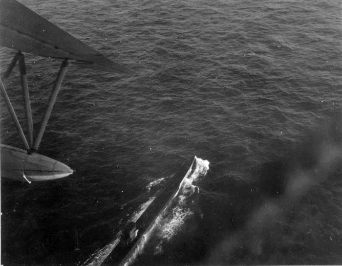U-199 fotografado sob ataque do PBM Mariner