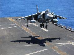 Um AV-8B Harrier italiano pousa a bordo do USS Iwo Jima (LHD 7), no Mar Mediterrâneo, em 18 de julho de 2018. Foto - US Marine Corps