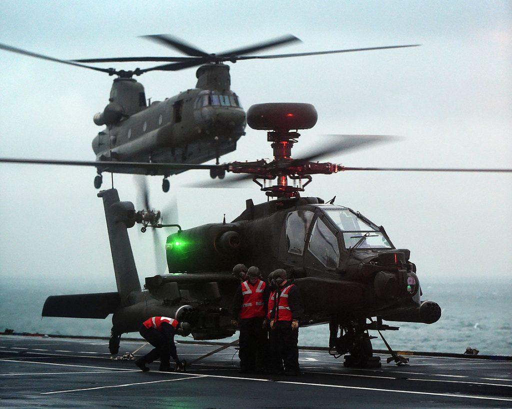 Apache e Chinook operando com o HMS Ocean
