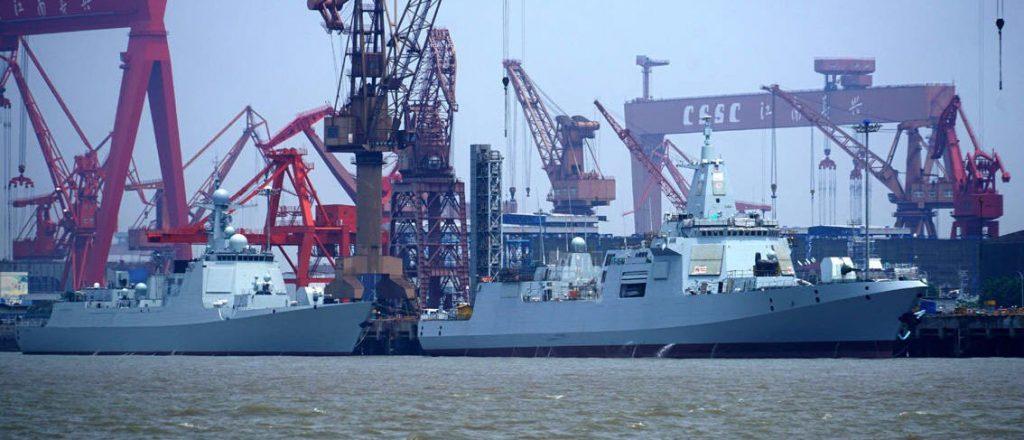 14º destróier Type 052D atrás de um Type 055