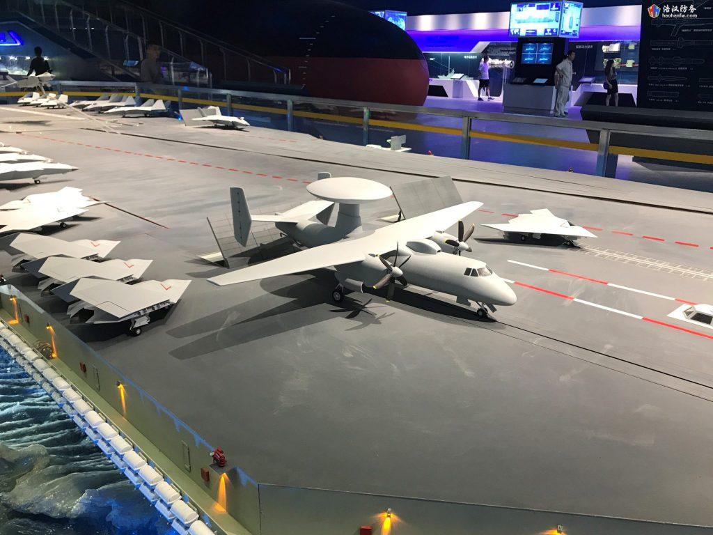 Maquete do KJ-600 em um modelo do futuro porta-aviões chinês