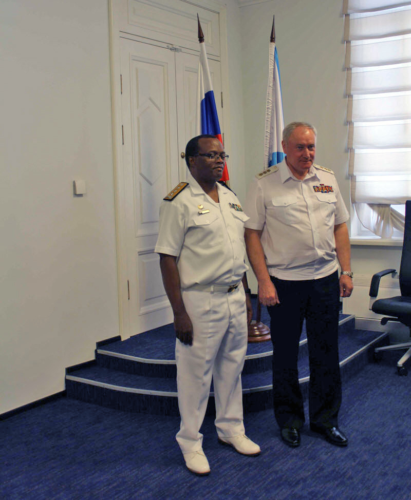 Comandante da Marinha Sul-Africana e o Comandante da Marinha Russa, V.I. Korolev.JPG