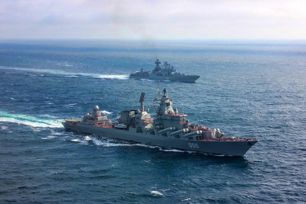 Cruzador russo Marshal Ustinov e destróier Severomorsk