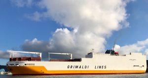 Navio chegou a Santos após fazer escala em Montevidéu, no Uruguai; cargueiro segue rota para a Europa (Foto: José Claudio Pimentel/G1)
