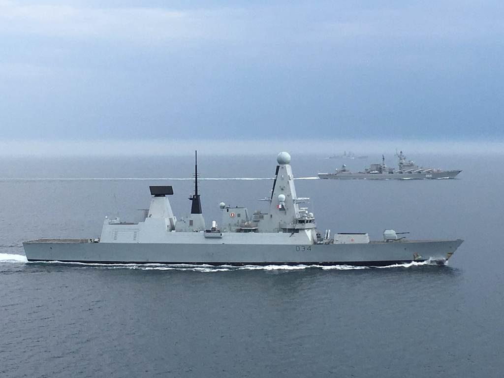 HMS Diamond e acompanha os navios russos