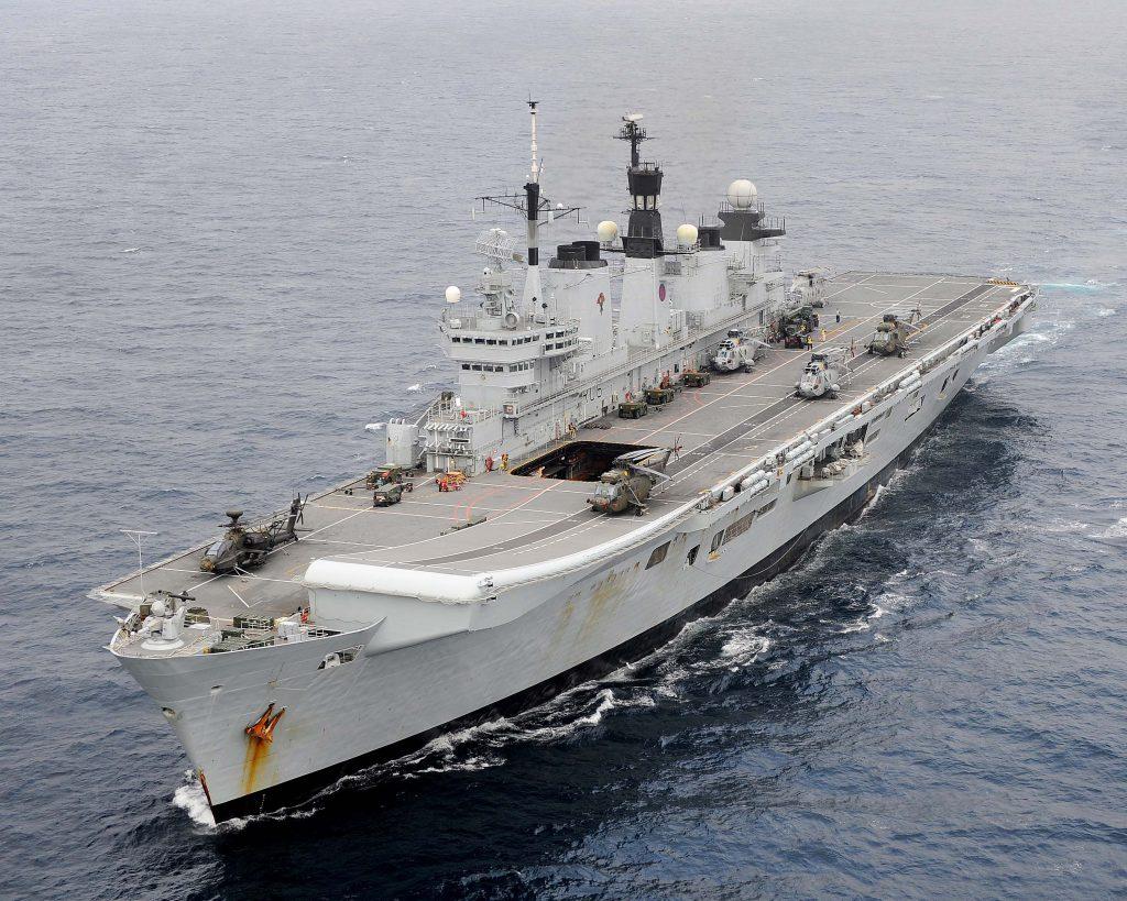 Porta-aviões HMS Illustrious operando como porta-helicópteros
