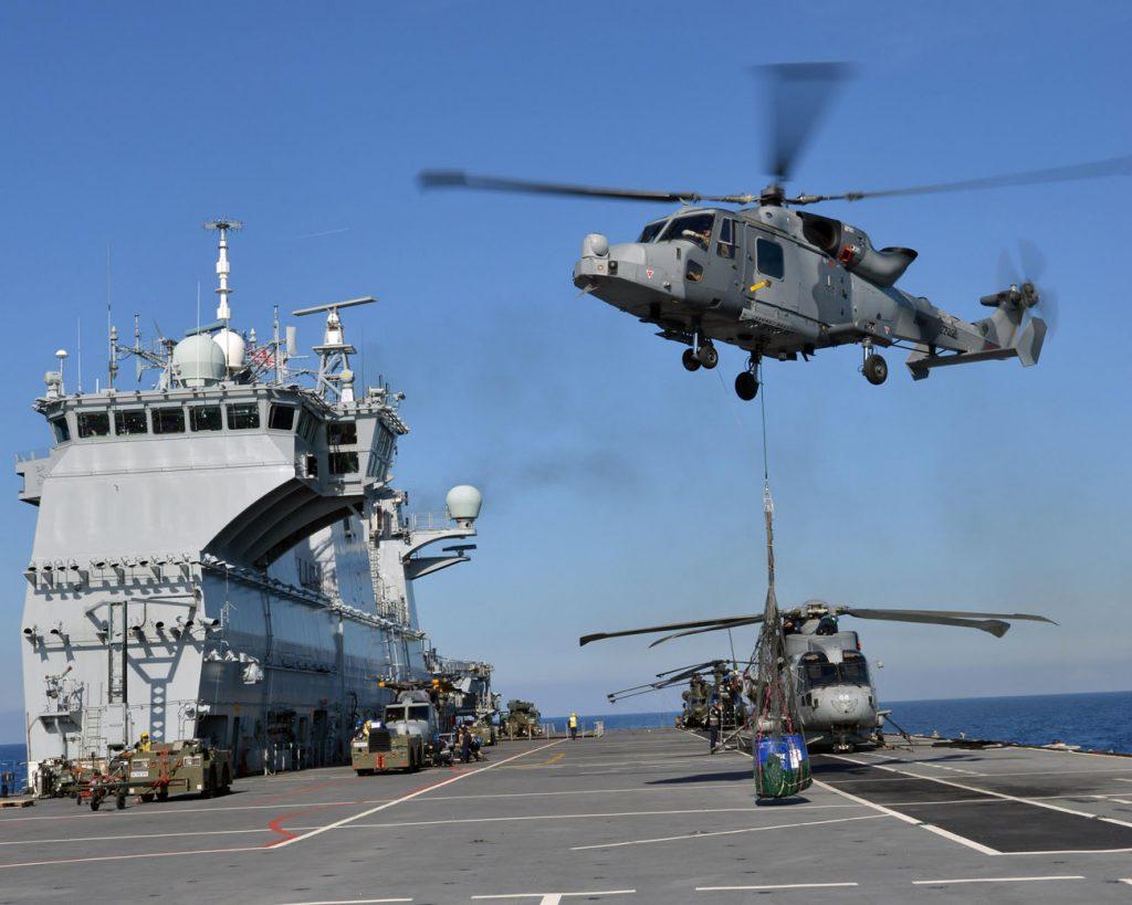 Helicóptero Wildcat operando com o HMS Ocean