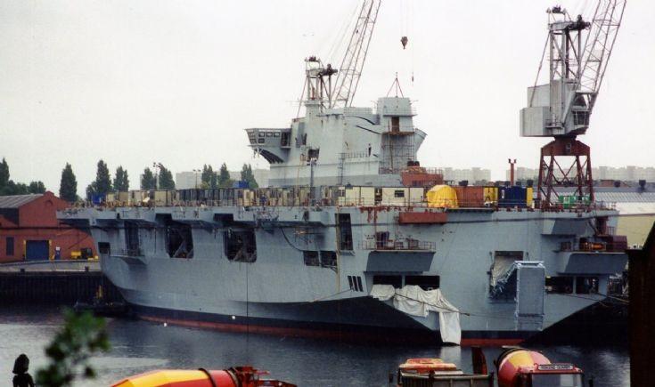 HMS Ocean em acabamento após o lançamento ao mar