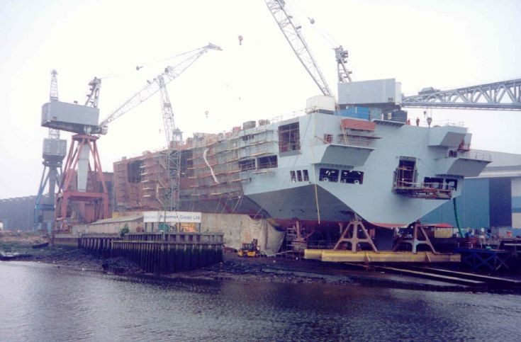 HMS Ocean em construção