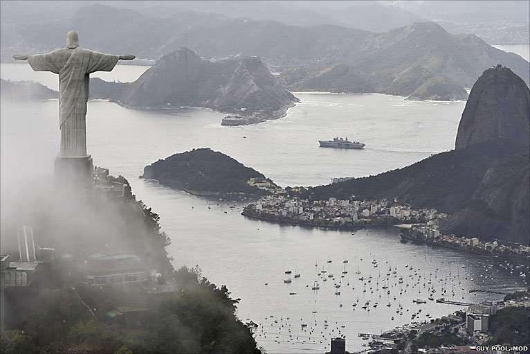 O HMS Ocean visitando o Rio de Janeiro em 2010