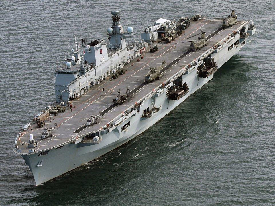 O HMS Ocean com helicópteros Lynx, Apache, Merlin e Chinook