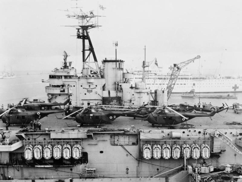 HMS Theseus (R64) com helicópteros durante a Crise de Suez, em 1956