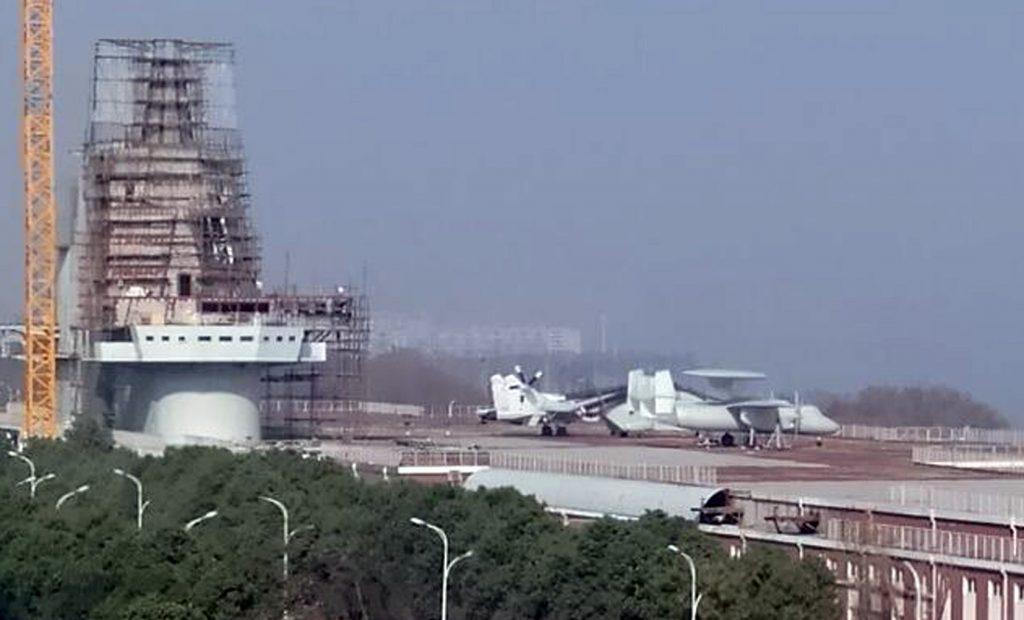 A réplica do KJ-600 junto à do J-15 porta-aviões de concreto da China, que funciona em terra para treinamento