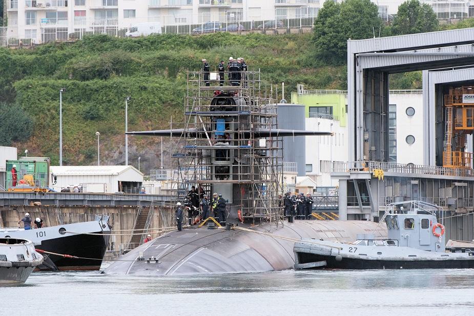 SSBN Le Téméraire saindo da doca em Brest depois da reforma complexa